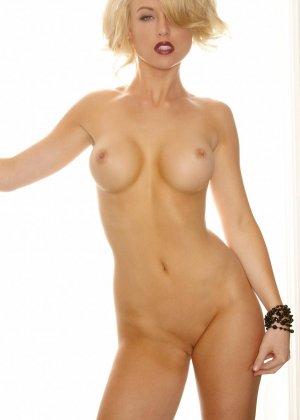 Кэйден Кросс - красивая блондинка, которая раздевается перед камерой и показывает точеную фигурку - фото 6