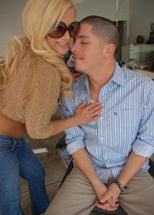 Парень выебал сисястую блондинку - фото 1