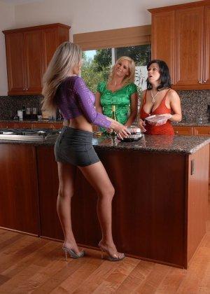 Три пьяные титястые женщины соблазнили мужа одной из них - фото 2