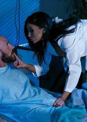 Больной трахнул свою жену и лечащую врачиху по очереди в больничной палате прямо на кровати - фото 11