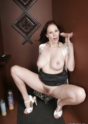 Оральный секс с горячей брюнеткой в туалете - фото 7