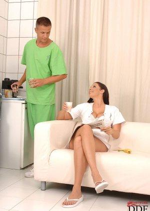 Пышногрудая врачиха решила облегчить страдания двум больным и трахнулась с ними на диване - фото 9