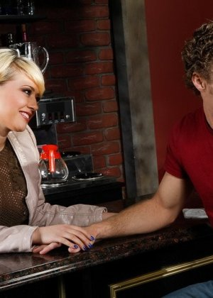 Трахает жопастую блондинку большим членом на барной стойке - фото 6