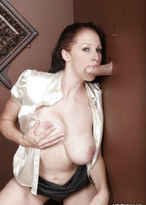 Оральный секс с горячей брюнеткой в туалете - фото 15