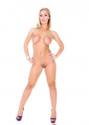 Блондинка с красивыми голыми сиськами - фото 2