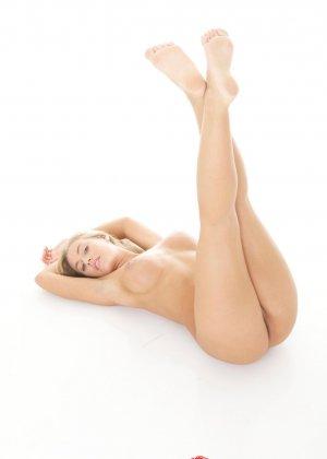 Блондинка с красивыми голыми сиськами - фото 11