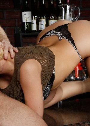 Трахает жопастую блондинку большим членом на барной стойке - фото 7