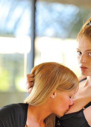 Две красивые голые рыжие девушки - фото 11