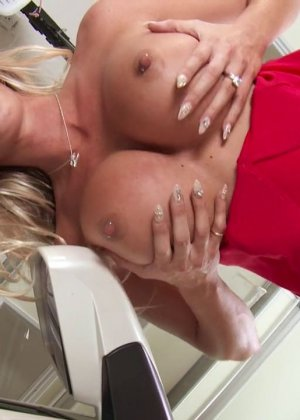 Втихоря от мужа трахает зрелую блондинку - фото 4