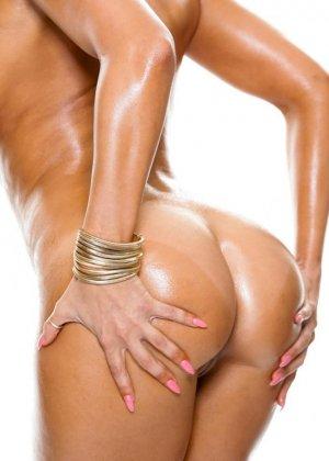 Шикарная голая брюнетка в масле - фото 6