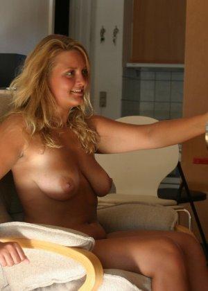 Зрелые парочки занимаются жарким сексом, а молодые девушки тоже очень хотят развлечений - фото 34