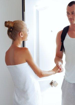 Нэнси приглашает на дом массажиста, а тот доводит ее до невероятного экстаза, поэтому она благодарит минетом - фото 31