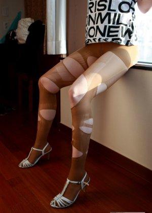 Кореянка специально для фетишистов разрывает на себе колготки и дразнит обнаженными частями тела - фото 23