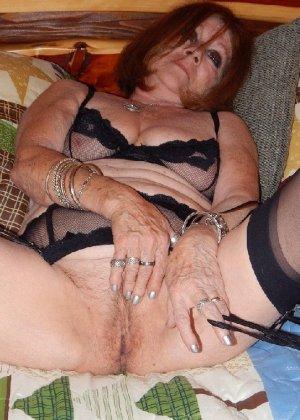 Женщина в возрасте и пышном теле очень хочет секса, поэтому пользуется разными секс-игрушками - фото 21