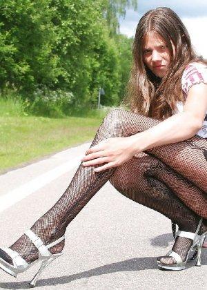 Эсти позирует на проезжей части в колготочках, выгибаясь и дразня всех своей фигуркой - фото 7