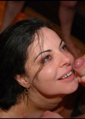 Грязная сучка обожает, когда ей кончают на лицо, и дожидается, пока ее всё лицо оказывается в сперме - фото 2