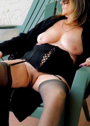Женщина в возрасте и пышном теле очень хочет секса, поэтому пользуется разными секс-игрушками - фото 8