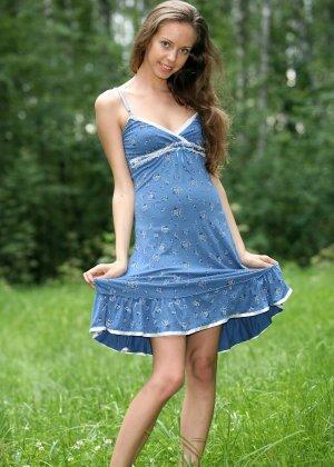 Горячая фотосессия молодой красотки, которая только дразнит собой, приподнимая платье, но не раздеваясь - фото 7