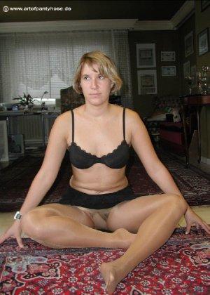 Миа Зиммер показывает свою грудь, но низ она не снимает, оставаясь в колготках и трусах - фото 19