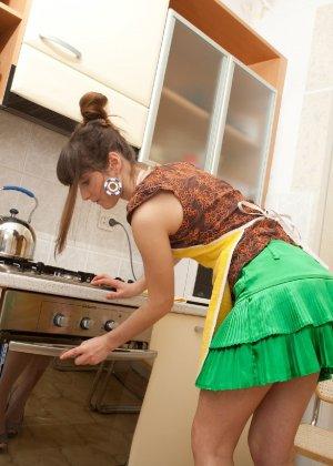 Наташа Китхен так устала готовить, что решила немного развлечься, сняв с себя всю одежду - фото 50
