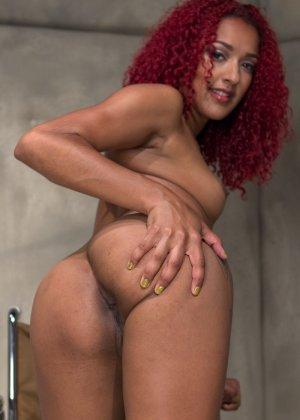 Рыжеволосой мулатке нравится, когда над ней издеваются над публикой и ебут ее вагину рукой - фото 5