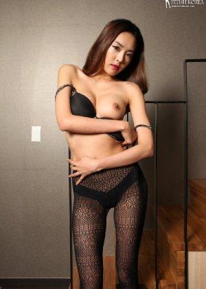 Азиатка постепенно освобождается от одежды и остается совсем обнажена, показывая стройное тело - фото 53
