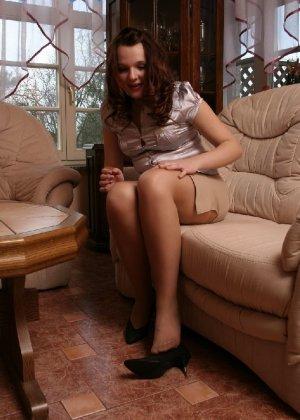 Девушка снимает туфли после тяжелого дня и показывает свои ножки в капроновых колготках - фото 19