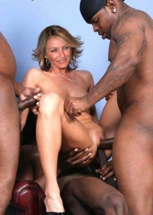 Знойная знаменитость Камерон Диаз трахается с тремя черными, подставляет свою задницу своим дружкам - фото 2