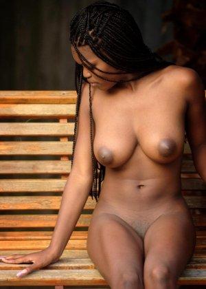 В этой галерее темнокожая красотка, которая не стесняется показывать свое экзотическое тело без одежды - фото 8