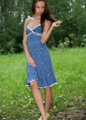 Горячая фотосессия молодой красотки, которая только дразнит собой, приподнимая платье, но не раздеваясь - фото 17