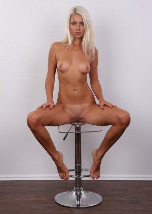 Красивая блондинка позирует без одежды, возбуждая своим прекрасным внешним видом - фото 16