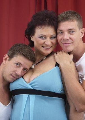 Два молодых парня оказываются в компании зрелой женщины, которая разрешает трогать себя везде - фото 3