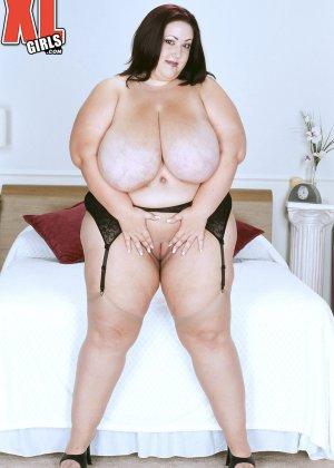 Жирная толстуха очень хочет похвастаться своими гигантскими буферами, поэтому выкладывает свои достоинства - фото 12