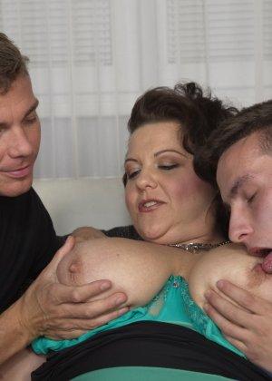 Два молодых парня старательно облизывают грудь одной пышной дамочки, но дальше прелюдия не заходит - фото 15