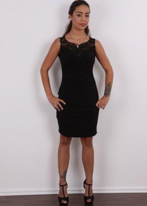Восхитительная телочка осталась без своего черного платья - фото 2