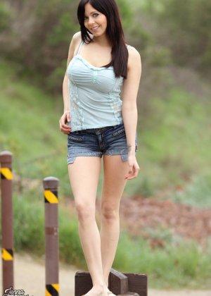 Сельская девица Дженна любит природу и свежий воздух, поэтому старается больше гулять - фото 2