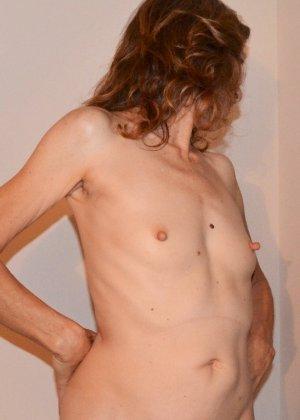 Женщина скрывает свое лицо, зато показывает наглядно, насколько маленькой бывает грудь - фото 22