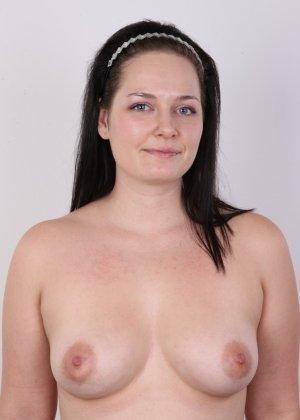 На очередном кастинге симпатичная девушка с пухлой задницей полностью разделась - фото 10