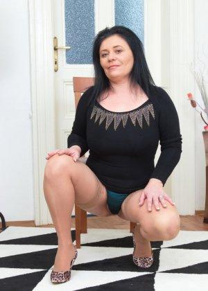 Пышная дамочка в возрасте показывает свое тело, чтобы доказать - она еще неплохо выглядит - фото 4