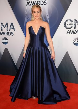 Келли Пиклер показывает себя на приеме в шикарном платье с глубоким вырезом в декольте - фото 11- фото 11- фото 11