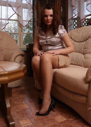 Девушка снимает туфли после тяжелого дня и показывает свои ножки в капроновых колготках - фото 17