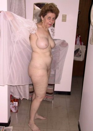 Пожилая женщина имеет еще приличные буфера и бритую киску, готовую к траху в любой момент - фото 6