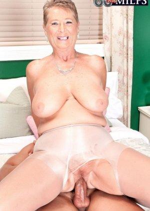 Великолепной женщине Джоанне Прис разорвал колготки и вставил хер в ее бритую пизду - фото 2