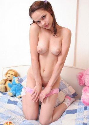Красивая девушка все еще спит с мягкими игрушками, хотя наверняка, под подушкой к нее имеются и другие - фото 13