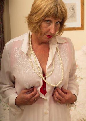 Кокетливой бабуле нравится носить эротическое белье под своим скромным нарядом - фото 12