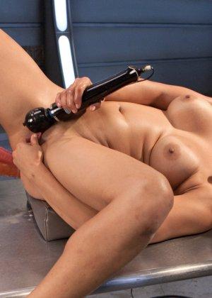 Великолепная азиатка Миа Ли раздвигает ноги для траха с секс машиной - фото 20
