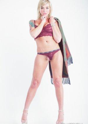 Сексапильная Обри Кэйт играет со своим шарфом, снимая остальную одежду - фото 4