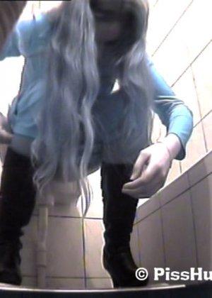 Скрытая съемка в женском туалете снова запечатлела писающих девушек, которые ни о чем не подозревают - фото 11