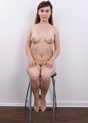 Девушка на кастинге постепенно освобождает себя от невзрачной одежды и показывает все, что может - фото 16