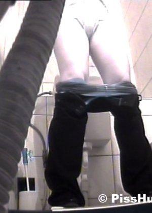 Вуайеристы часто любят подсматривать за телками в туалете, ведь там можно увидеть столько разных кисок! - фото 8